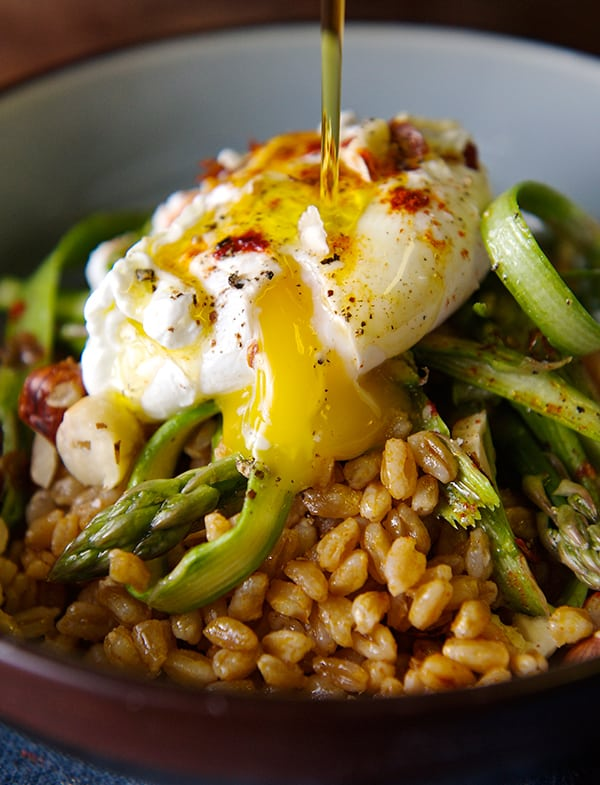 Warm-Farro-asparragus-and-poached-egg-toasted-drizzle-olive-oli