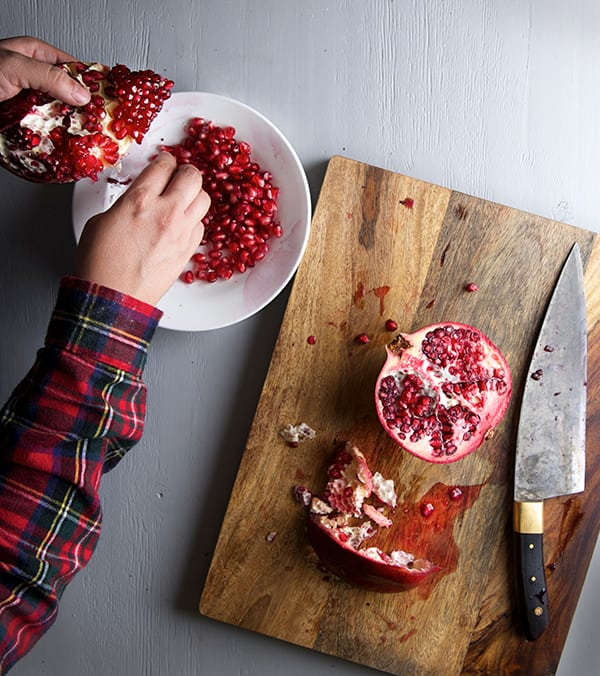 Pomegranate-Tempranillo-Braised-Short-Ribs_How-to-cut-a-pomegranate